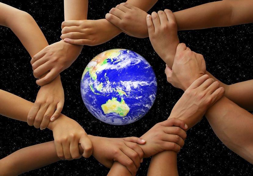 руки вокруг глобуса