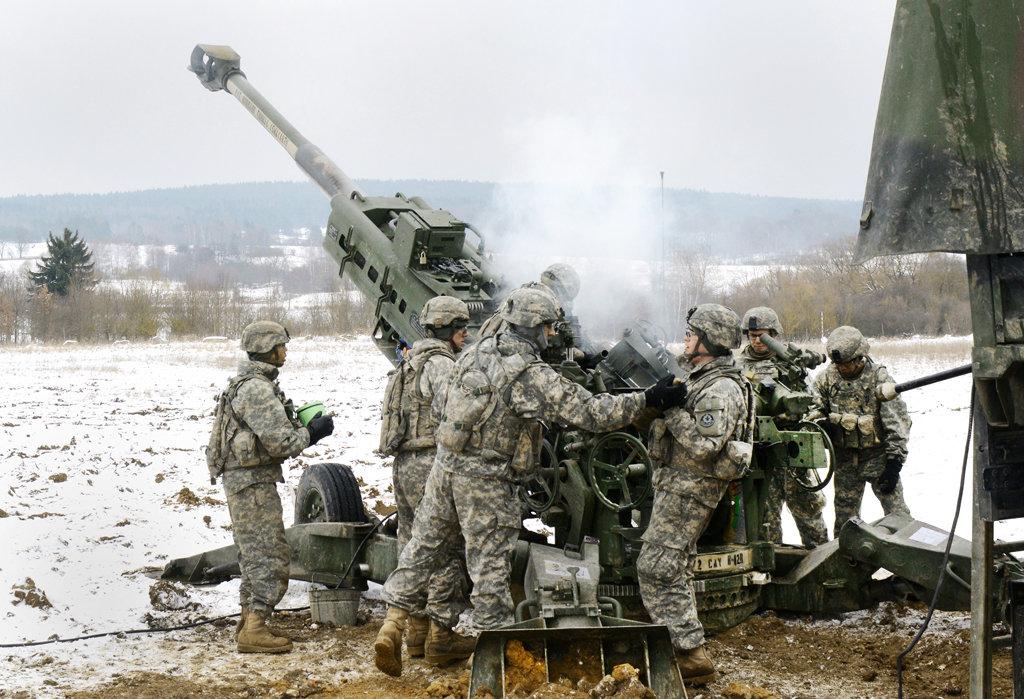 солдаты возле орудия